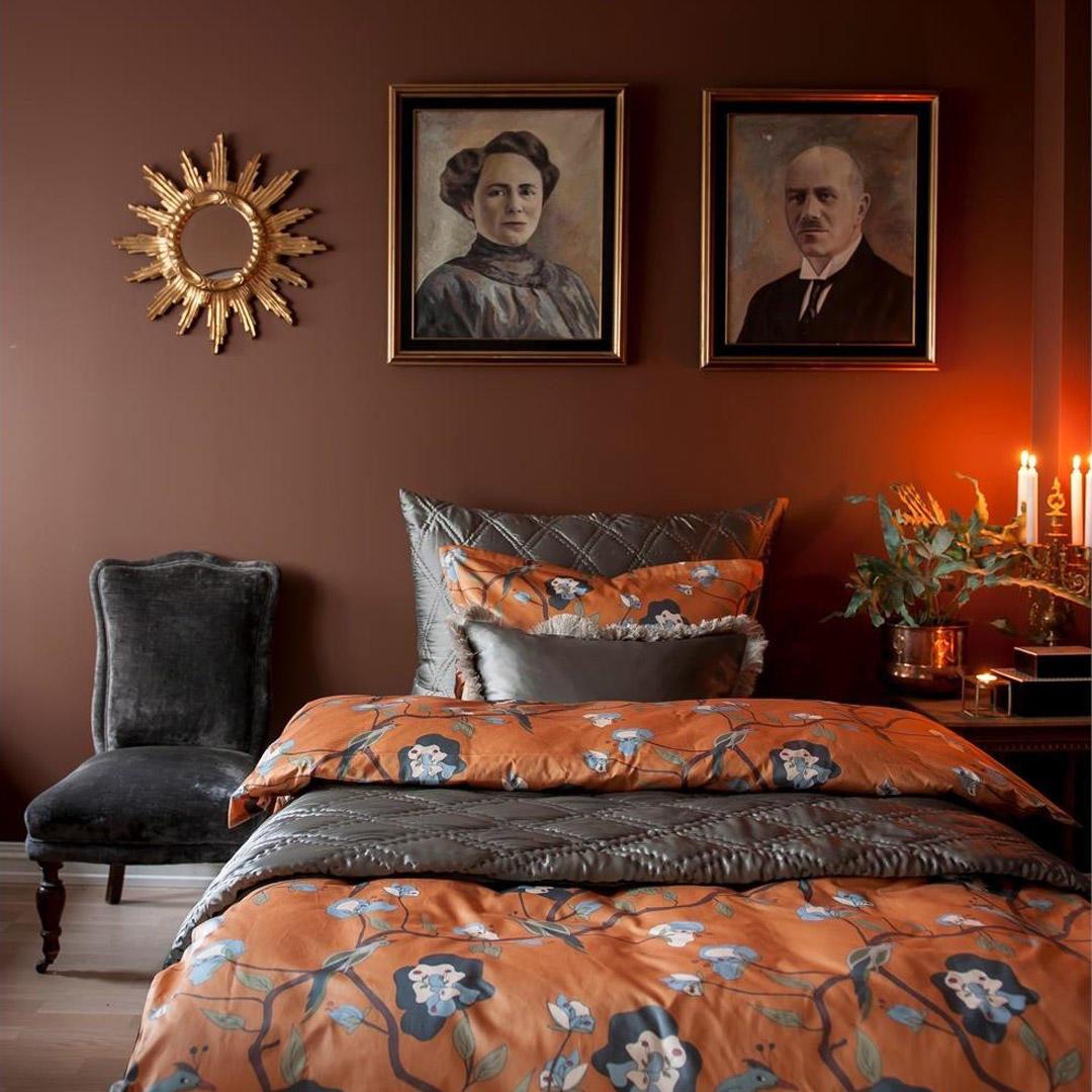 Et harmonisk soverom malt i Nordisk Mørkbrun