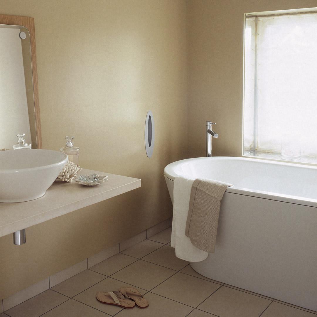 Et bad i feng shui stil med badekar malt med gulbeige farge
