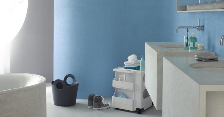 Et svalt baderom med nymalt vegg i blått