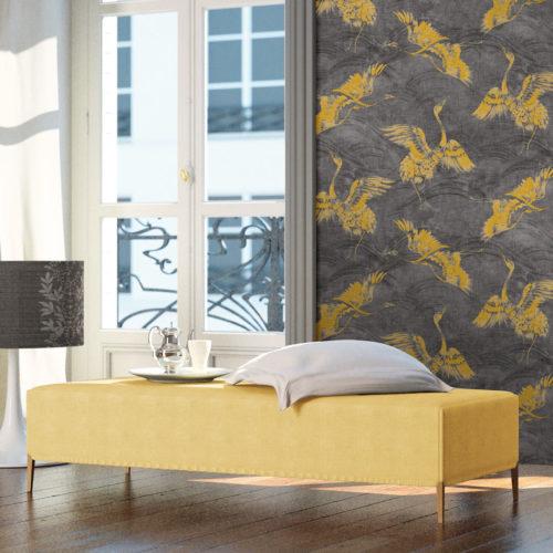 lys stue med gul sofa og grå tapet med gule fugler på veggen bak